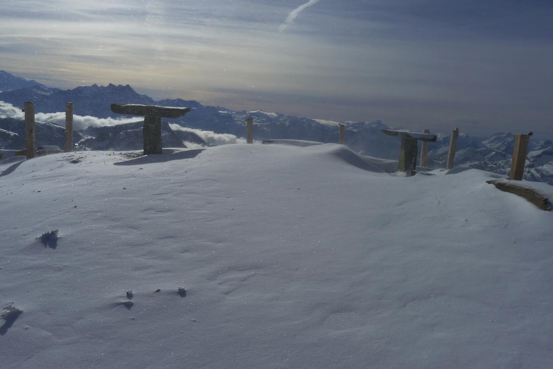 """Le """"nouveau"""" sommet avec les deux tables panoramiques sans les panoramas..."""
