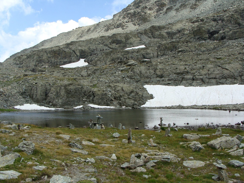 Le lac Bertin ?) et ses nombreux cairns