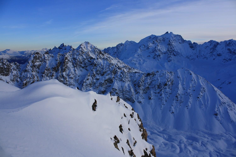 Du haut du couloir N Occidental, vers le SE et la Montagne des Agneaux