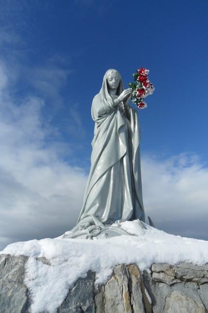 la vierge m'offre des fleurs que je ne mérite pas