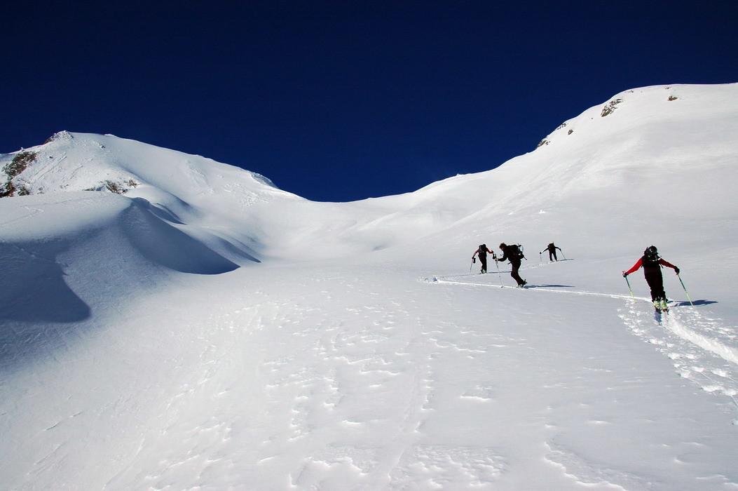 Risalendo la valletta sospesa, a sinistra la vetta del Monte Immel