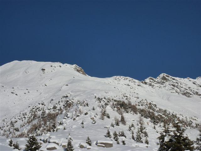 salendo alla Cima di Piancabella, l'alpe di Prou con vista sulla parte alta dell'itinerario