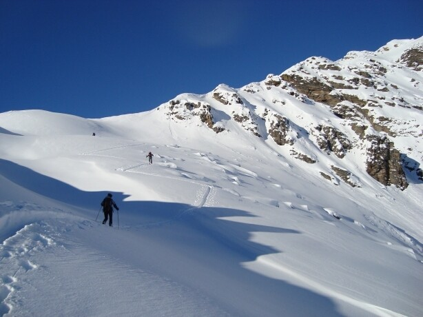 salendo alla Cima di Piancabella, sui pendii ad E del tratto finale di cresta ben visibile contro il cielo.