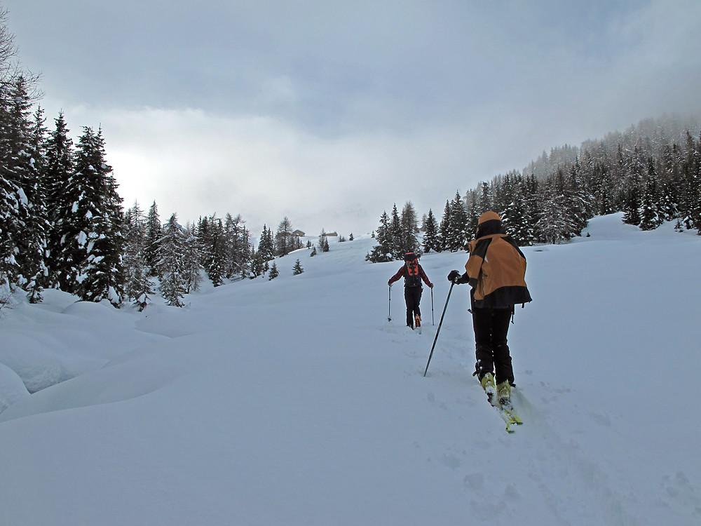 superato Pradel, si  cominciano ad intravedere le baite dell' Alpe d' Ur