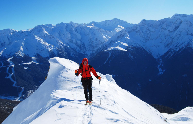 Valentino sulla cresta  finale alla Cima Muralta 2521 m, sullo sfondo l'Adamello 3539 m.