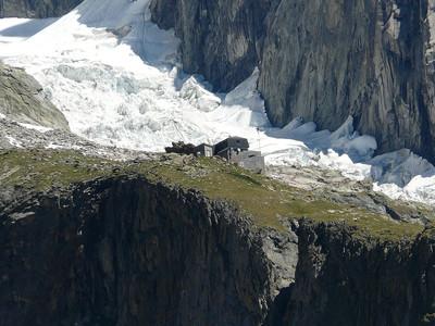 Le refuge Monzino et le glacier du Frêney en arrière plan