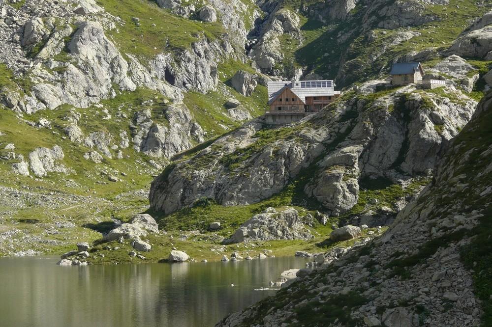 Le Refuge de Nice perché au dessus du Lac de la Fous