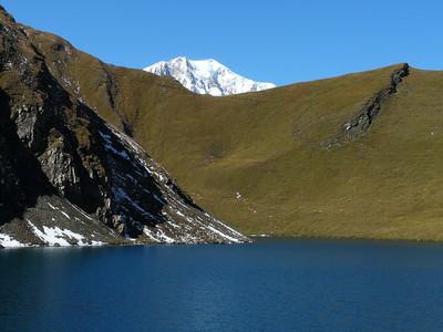 Le lac et le col de Licony - le Mont Blanc dans le col