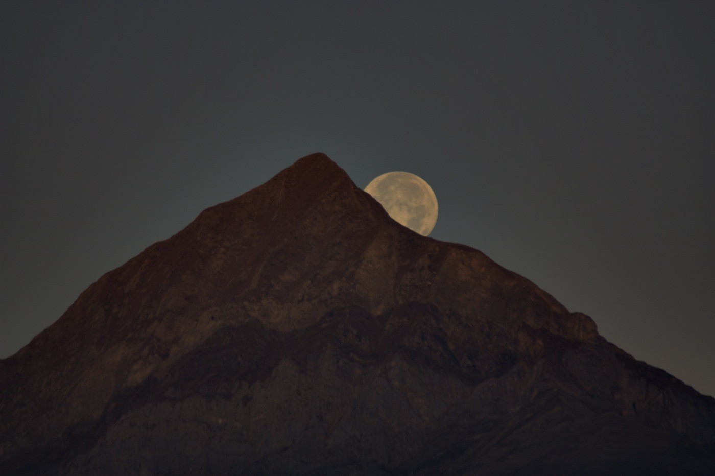 la lune percée tombe