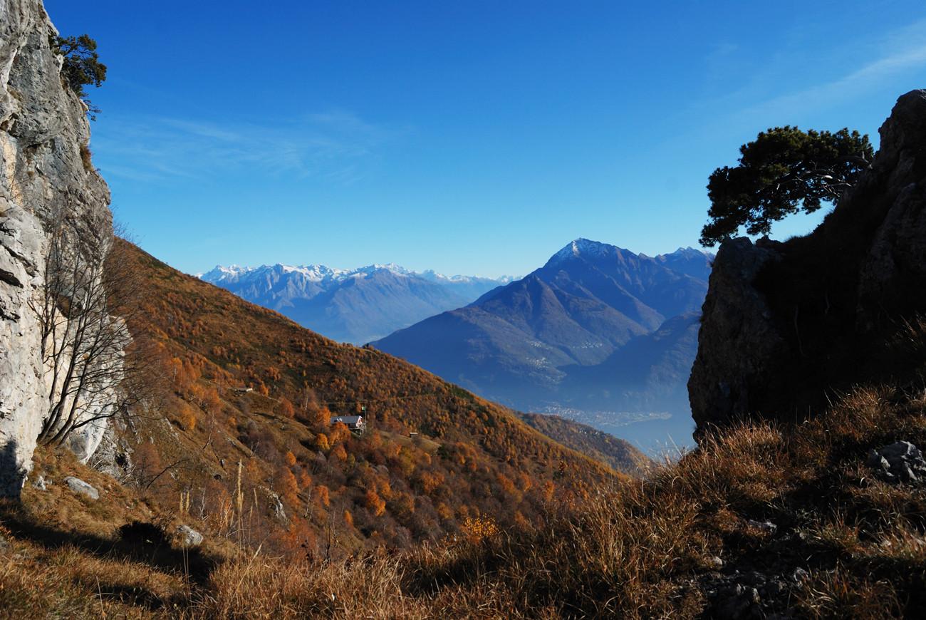 Lungo il sentiero della direttissima al Monte grona vista sul Monte Legnone