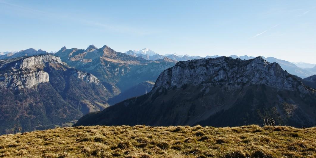 Vue vers les Aravis et le Mont-Blanc