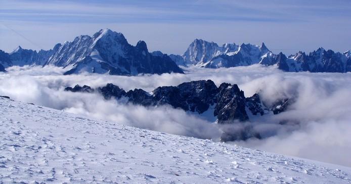 Panorama extraordinaire sur les cimes prestigieuses du massif du Mont Blanc...