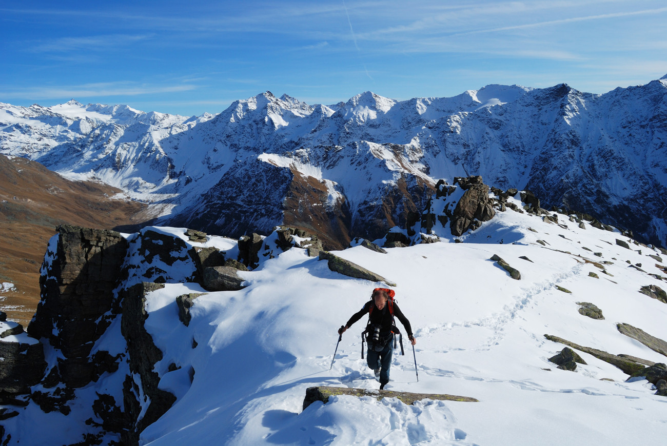 Arrivo in cima al Corno di Boero, sullo sfondo le cime della Valle di Rezzalo