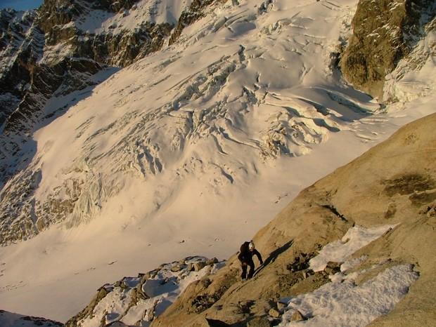montée vers le glacier de Fébrouze au dessus du bivouac Gervasutti et derniers rayons de soleil avant l'arrivée des nuages