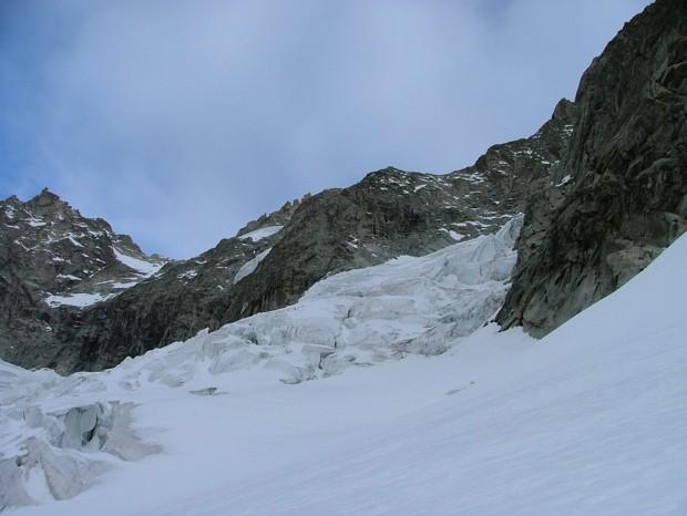 Glacier de Fébrouze, après le 1° chaos il va y avoir le 2° à franchir ... Vue sur le 1° passage rocheux de la VN de l'aiguille de Leschaux
