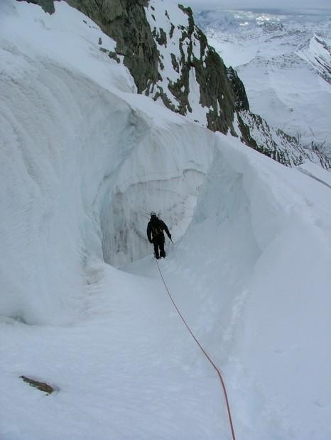 glacier de Fébrouze, Romaric s'engage dans la seule crevasse qui nous permettra de pénétrer le chaos médian