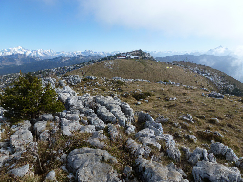le refuge du Parmelan depuis la Tête du Parmelan avec le Mont Blanc et la Tournette comme toile de fond