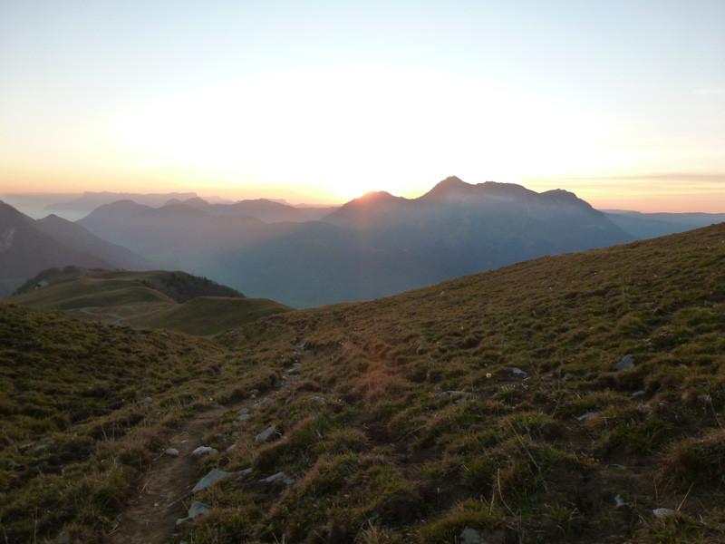 coucher de soleil sur le Mont Colombier en montant au Plan de la Limace
