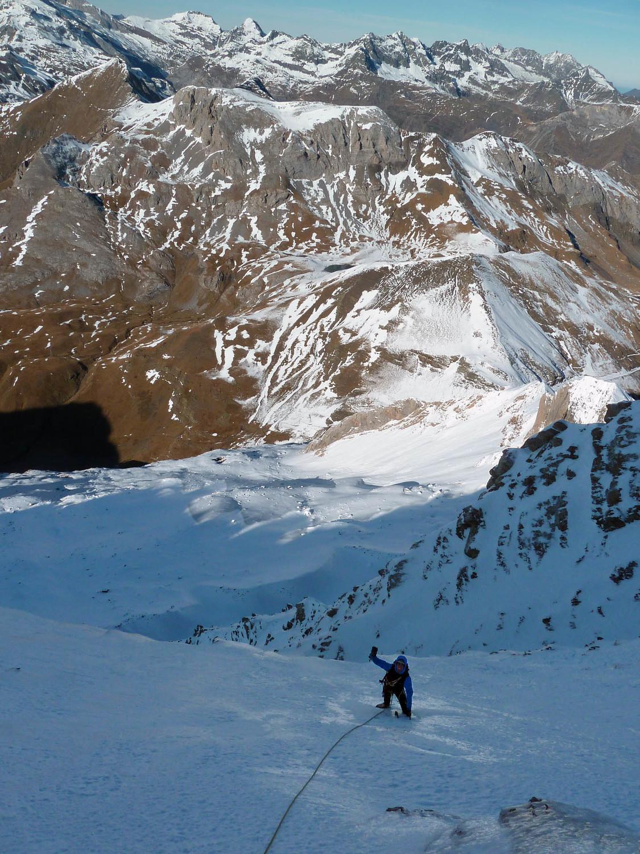 Pente de neige après un ressaut vertical en glace (le seul véritable de la voie) (L9)