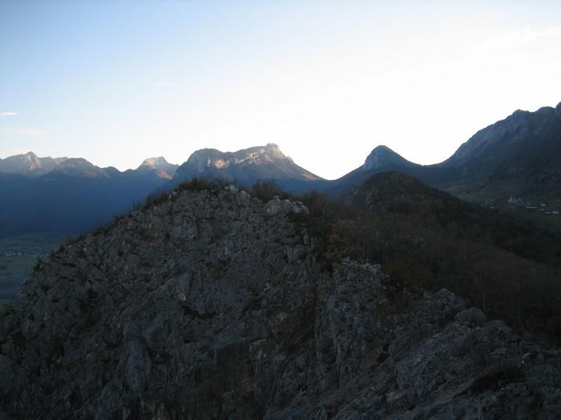Au centre et au fond la Montagne du Charbon et Banc Plat avec à leur pied à droite le Col de Bornette. Et à l'extrême droite, le Roc des Boeufs.
