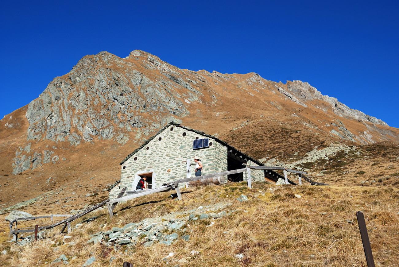 Sullo sfondo il Piz Maroz Dent 2599 m all'Alp Furcela 1942 m