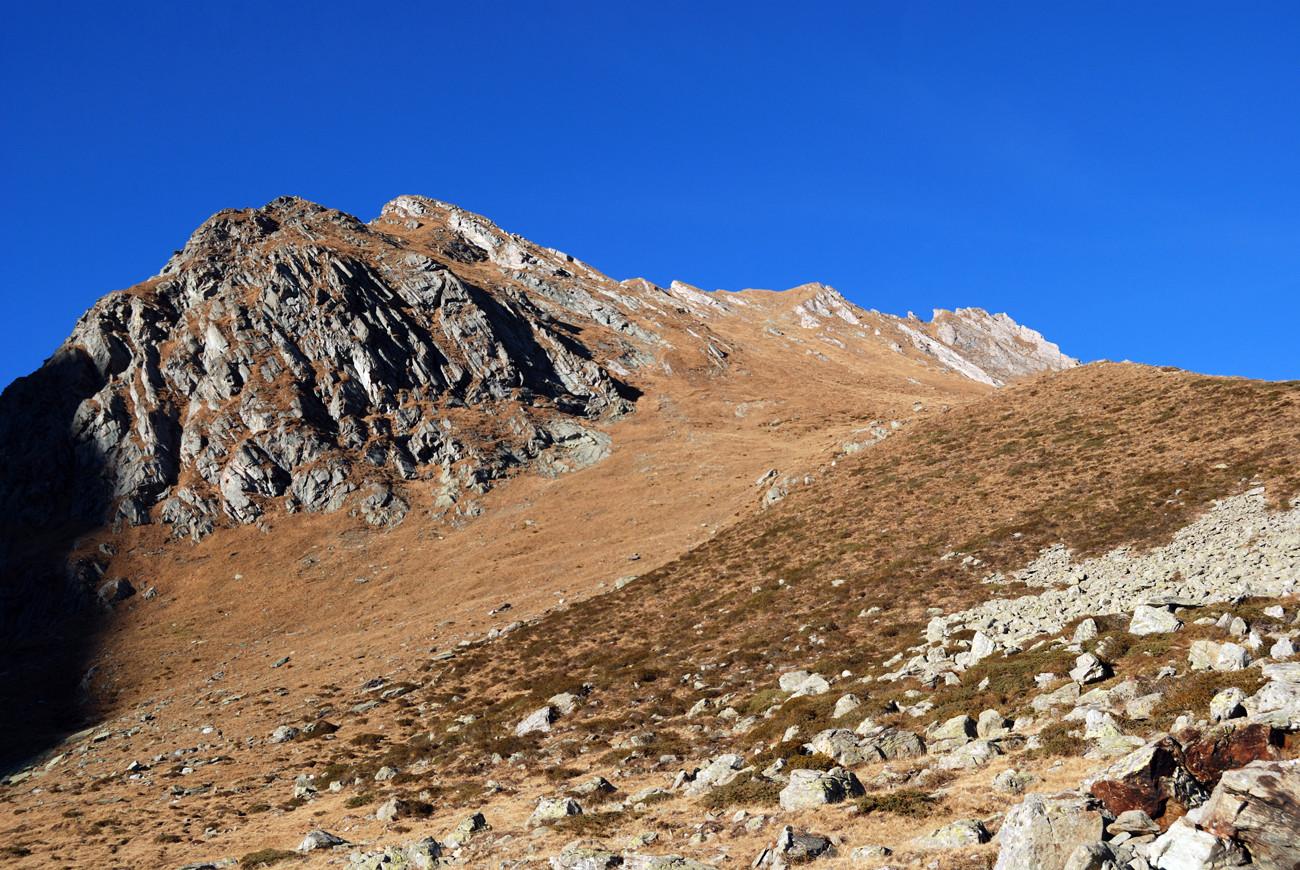 Il ripido pendio meridionale del Piz Maroz Dent 2599 m