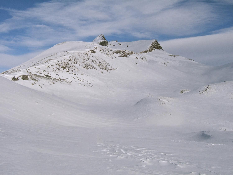 Le sommet, montée par la crête à gauche et descente en traversant la petite barre par la droite.