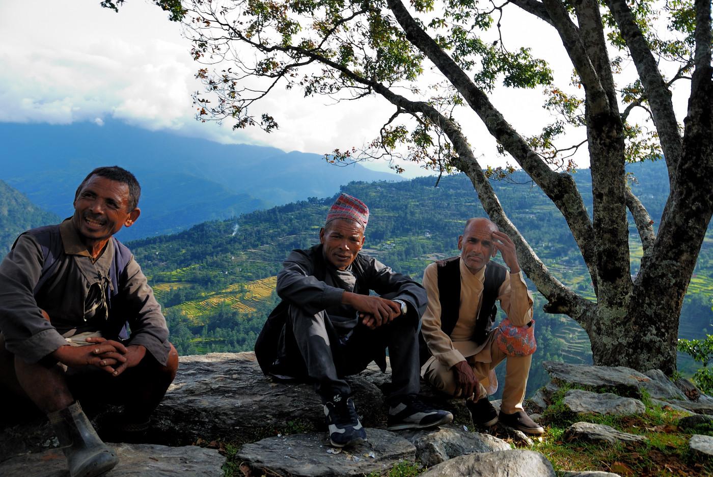(J2) Sur le chemin d'Orang ( le 3ème personnage arborant le costume national népalais)