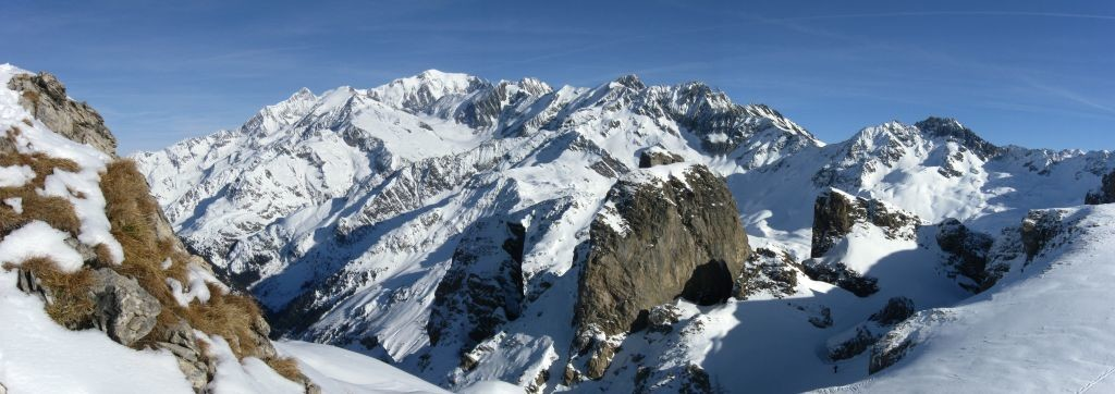 Mont blanc sur les crêtes de roches franches