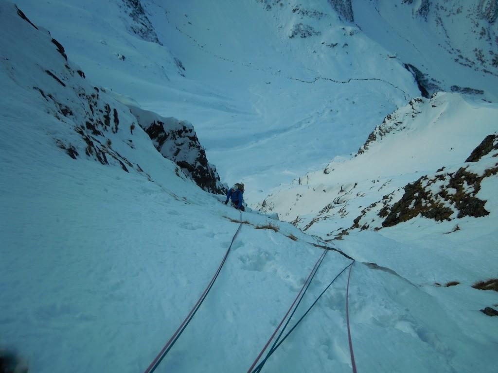 Savi arrive vers le relais après une petite section qui grimpouille.
