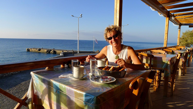 Petit déjeuner au bord de mer et au soleil