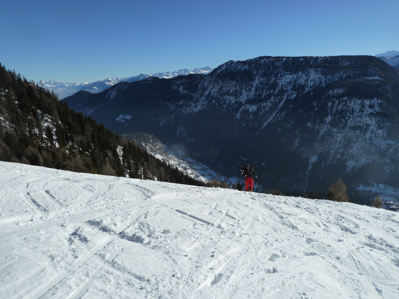 Arrivée sur l'alpage de Fenestral, Finhault en contrebas