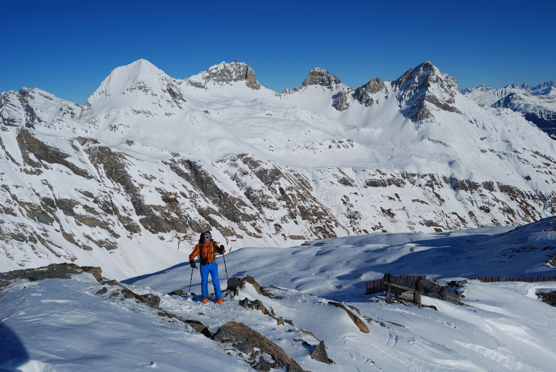 Arrivo in cima al Schollenhorn 2732 m sullo sfondo Alperschallihorn 3039 m e Teurihorn 2973 m