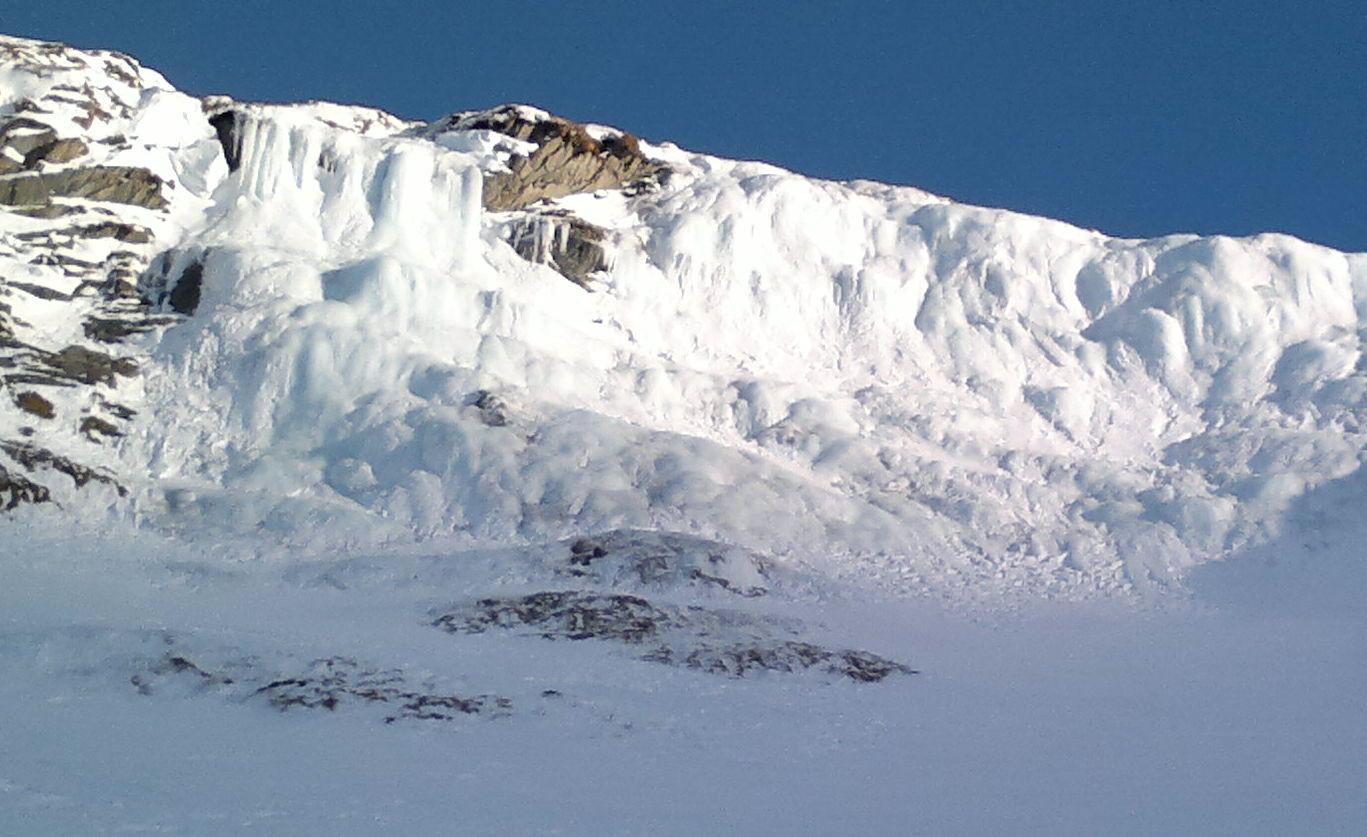 Belle cascade de glace au pied de la face N du Fourchon