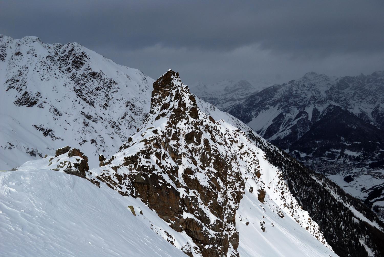 Dosso-il-Filetto: nei pressi della sella 2578 m. Ben visibile la svettante quota 2596 m, l'elevazione più evidente della costiera.