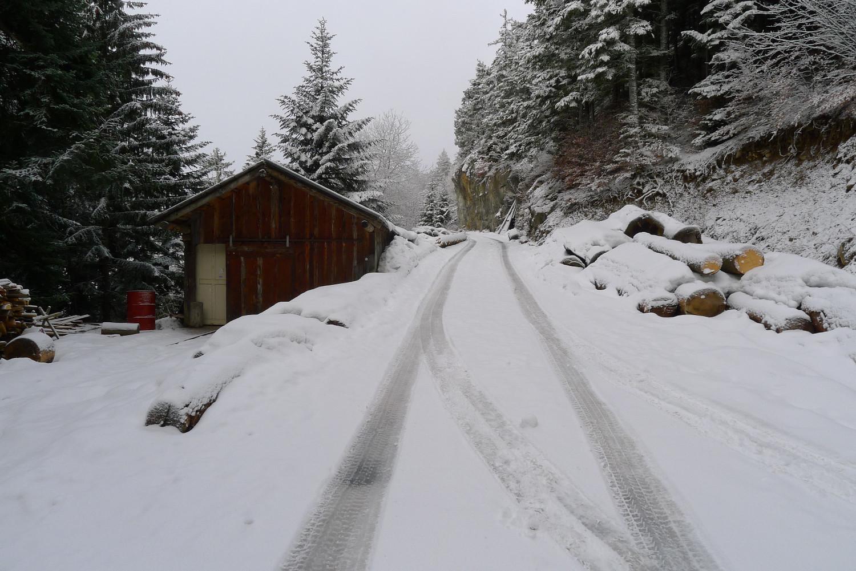 Montée par la route après Champex d'Alesse, peu enneigée