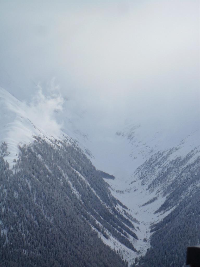 ...la Blinnental in lontananza semi immersa nelle nuvole...
