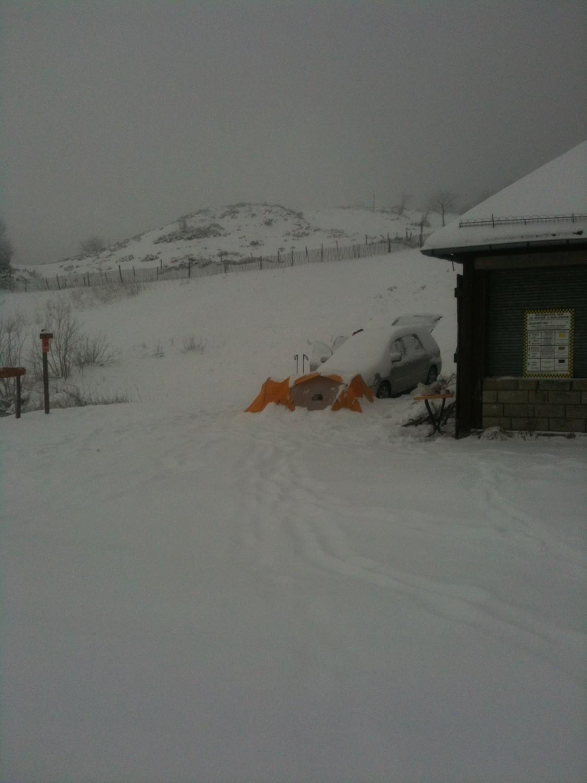 La tente le lendemain matin : 20cm de neige fraîche alors qu'il n'y avait rien le vendredi !