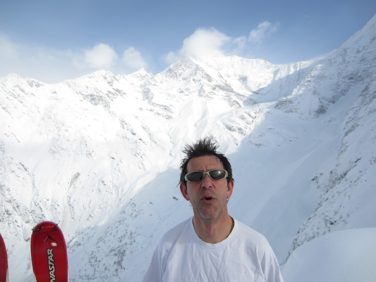 Fred boude, il n'arrive pas à se souvenir du nom du sommet qui se trouve juste derrière lui