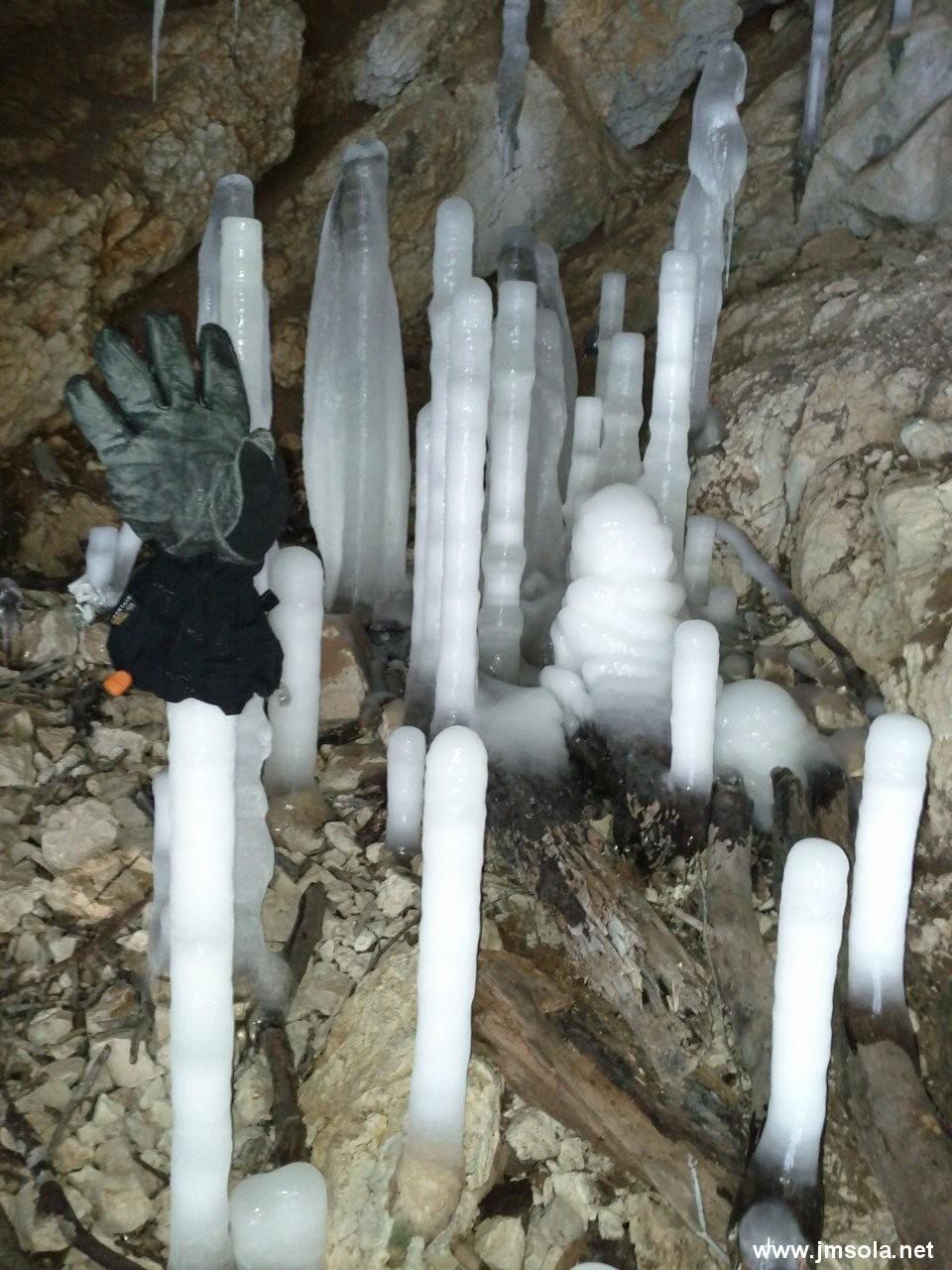 Fantastiques stalagmites dans la 1ere grotte