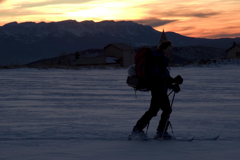 Als voltants de Bolquera amb esquís, amb el Cadí al fons