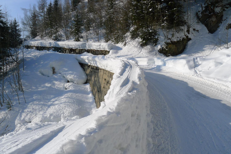 La route de Finhaut - La Léchère. A la descente, passage sur le muret
