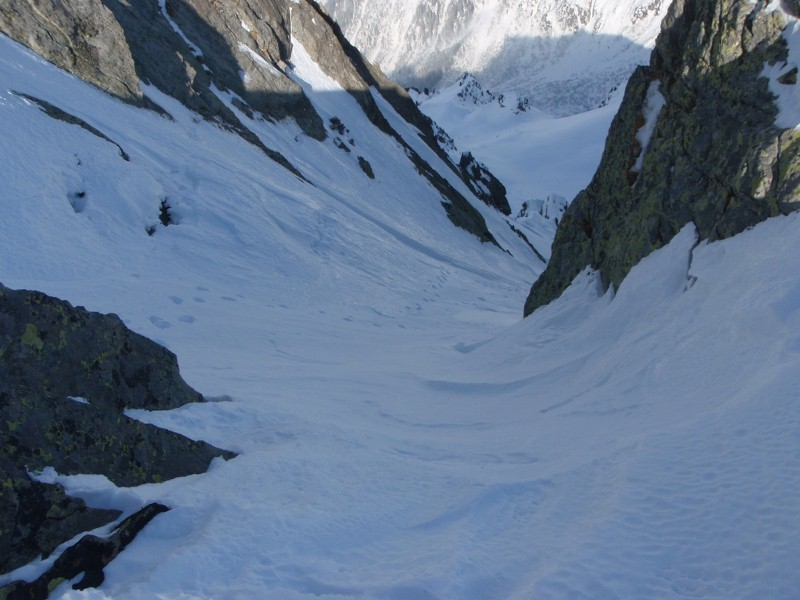 Début de la descente, la neige est bien travaillée par le vent.