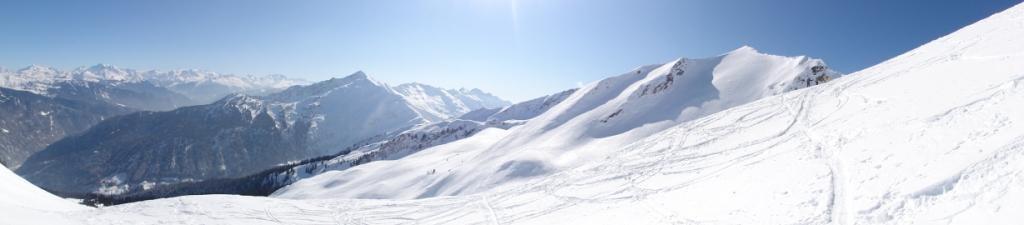 Panorama depuis la Dent du Corbeau: au fond la Vanoise, au milieu La Lauzière, au premier plan La Tuile sur la Chaîne du Grand Arc