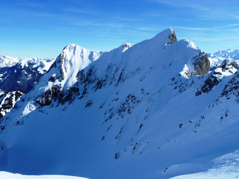 Arrivée sur l'arête sommitale au-dessus du Creux des Neiges; en face, les lignes superbes du Roc
