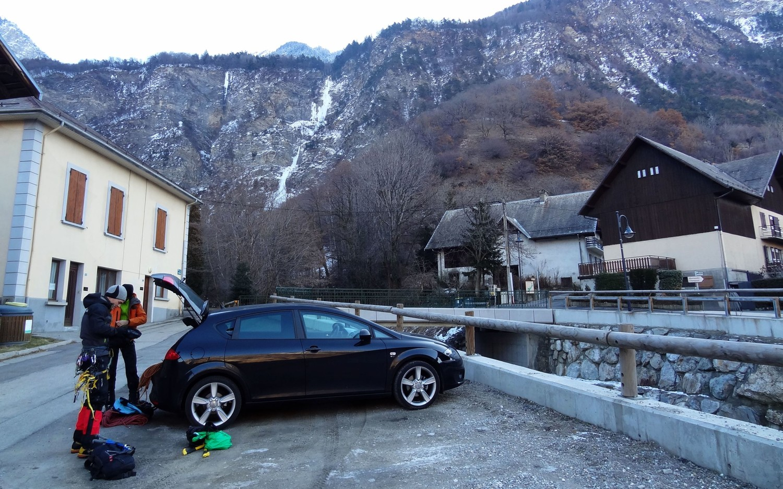 Cascade Hermillon : parking dans le village