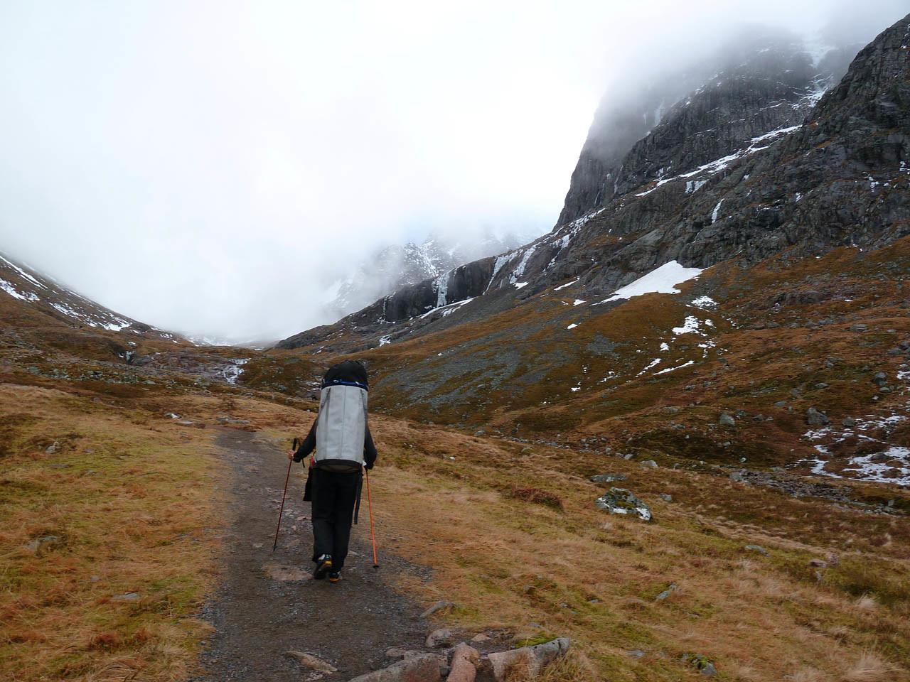 Agréable marche d'approche vers le CIC hut, chargés comme des mulets