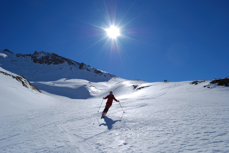 Lorenzo durante la discesa dal Piz Tasna su neve superlativa