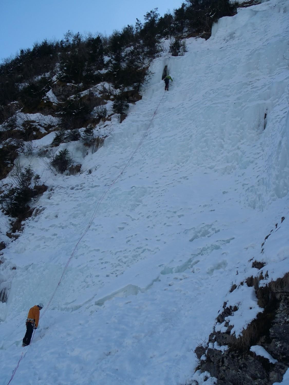 Ligne de doite, tellement fournie en glace que le relais RD est dans une grotte!