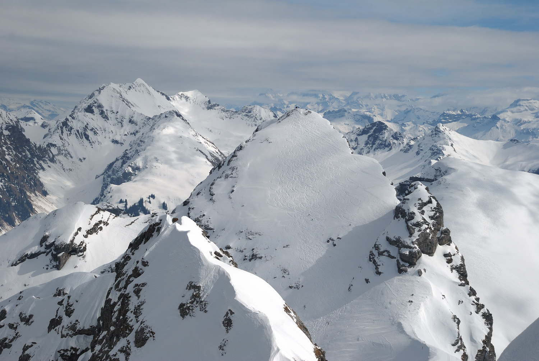 Rothorn de Matten sur fond d'Oberland Bernois